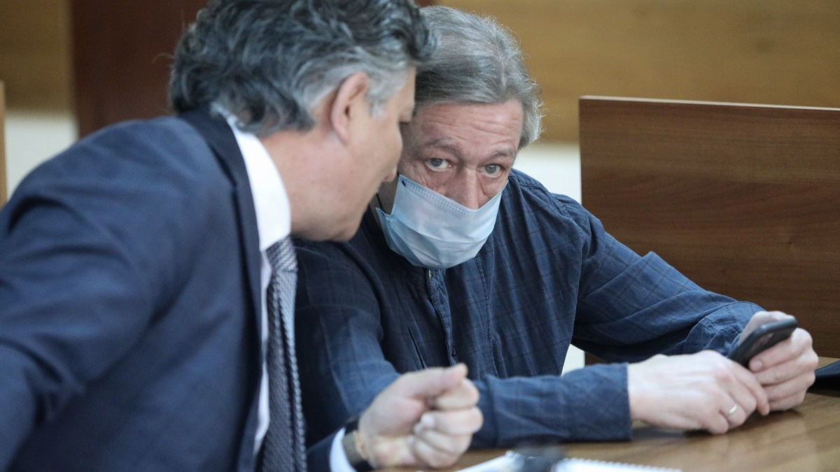Адвокат Эльман Пашаев и актёр Михаил Ефремов в Пресненском суде один