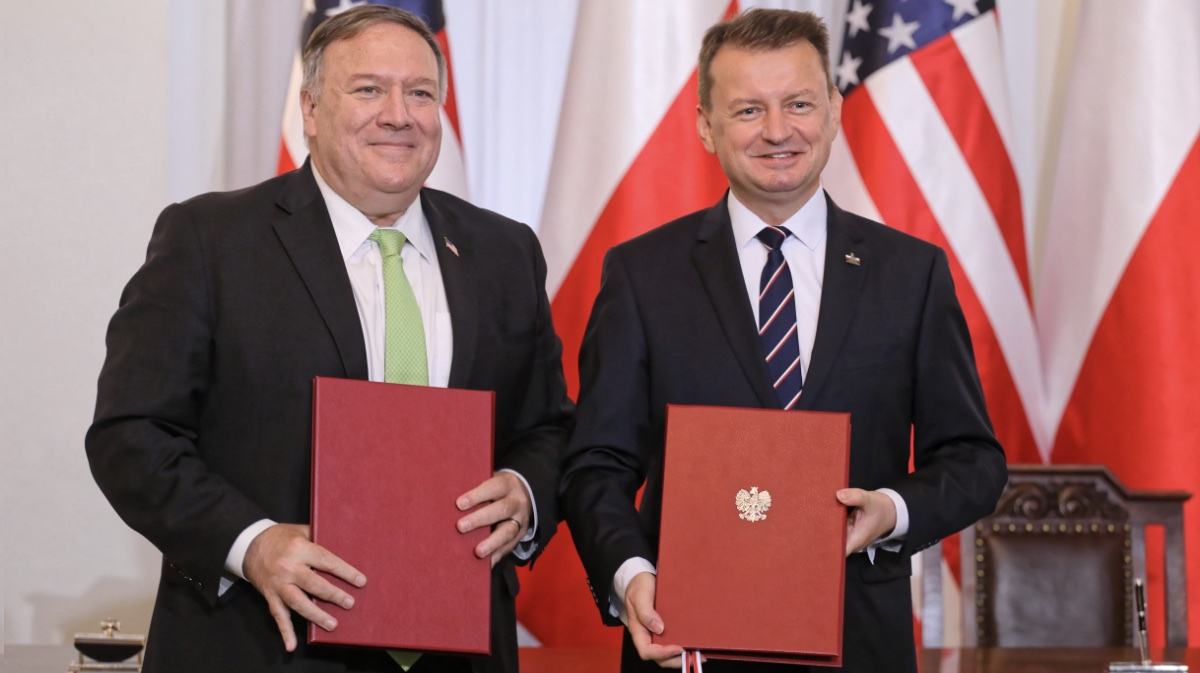 Госсекретарь США Майк Помпео (слева) и министр обороны Мариуш Блащак (справа) в Варшаве после подписания польско-американского договора об активизации военного сотрудничества