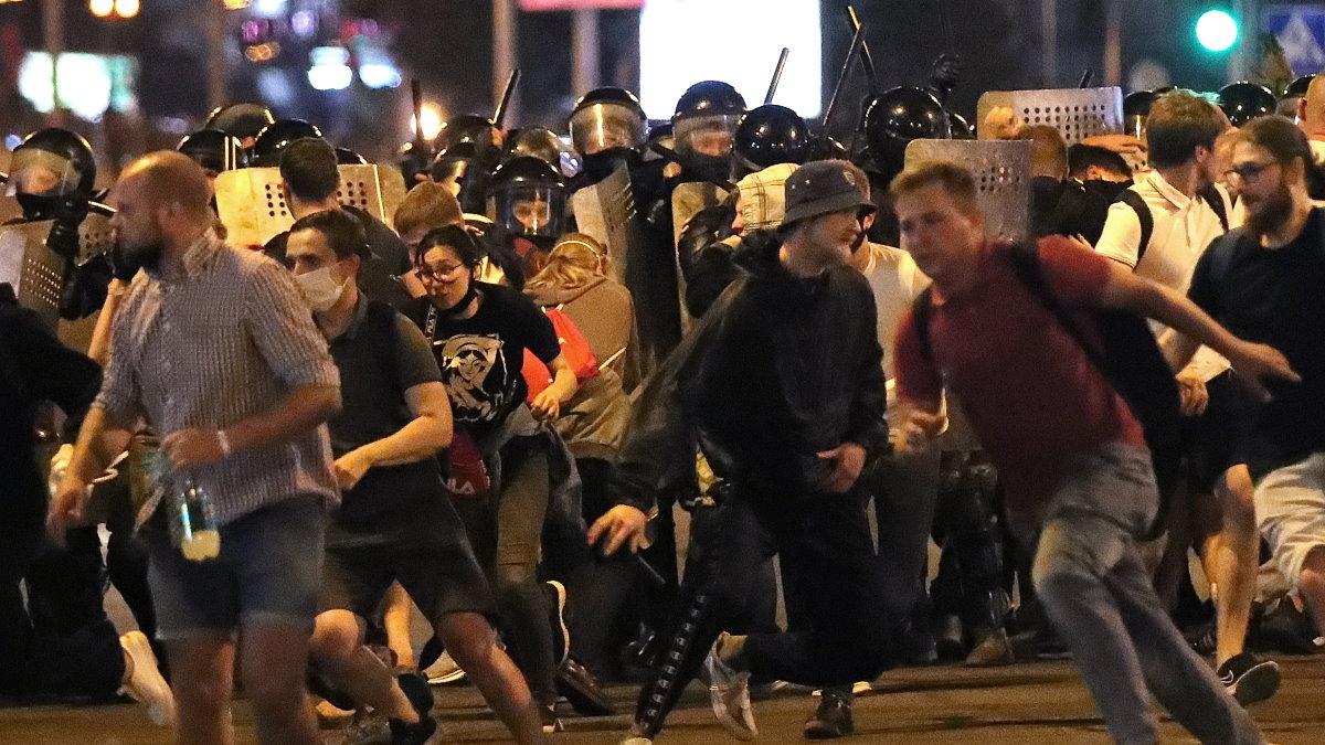 Белоруссия Беларусь протесты ОМОН столкновение протестующие два разгон
