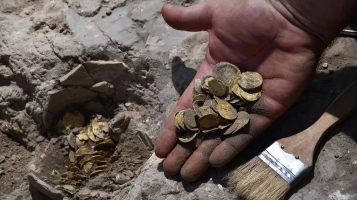 Тайник с золотыми монетами