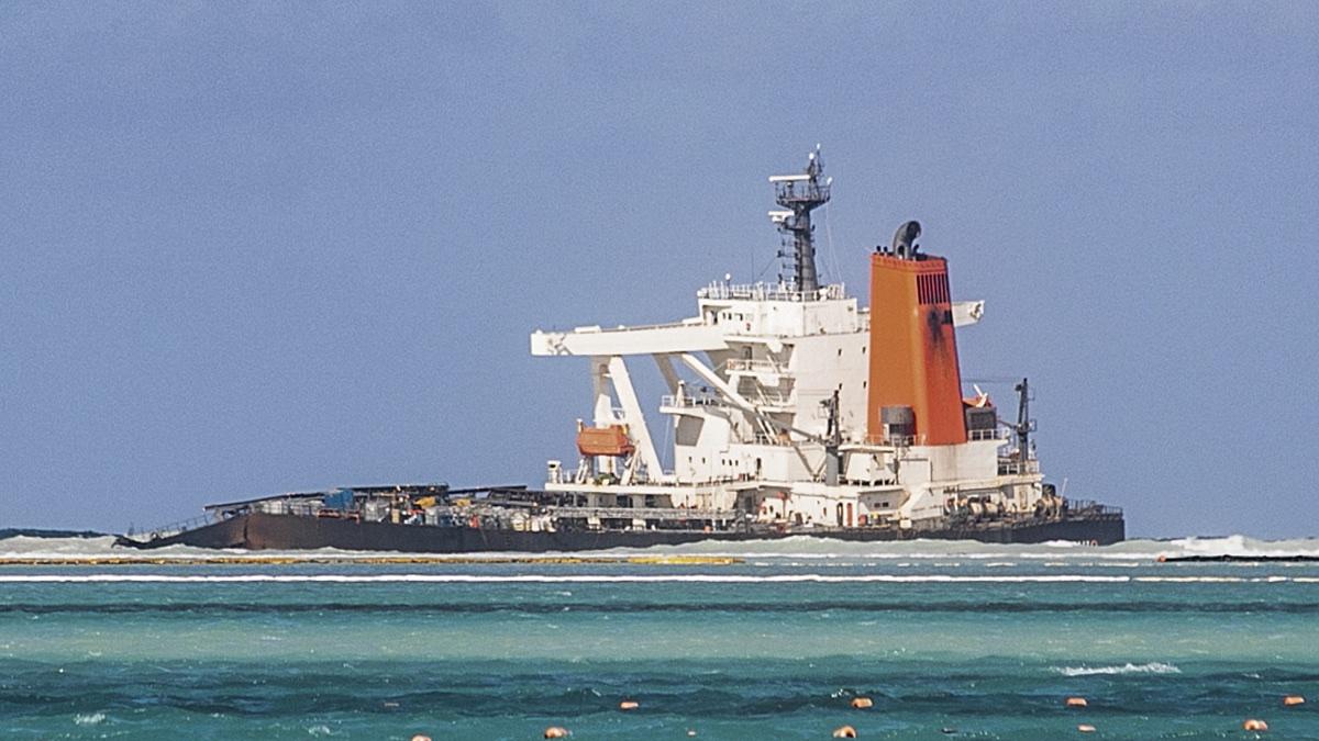 Расколовшийся танкер у берегов Маврикия