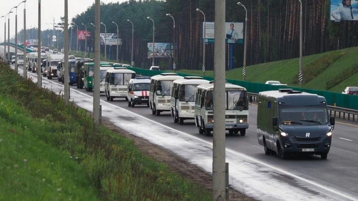 В центр Минска стягивают автозаки и водометы