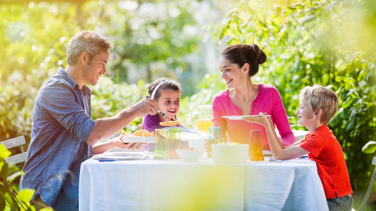 Счастливая семья дети хорошее настроение счастье лето дача еда дыня