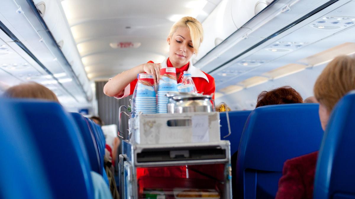 Раздача еды на борту самолёта салон еда пища питание стюардесса