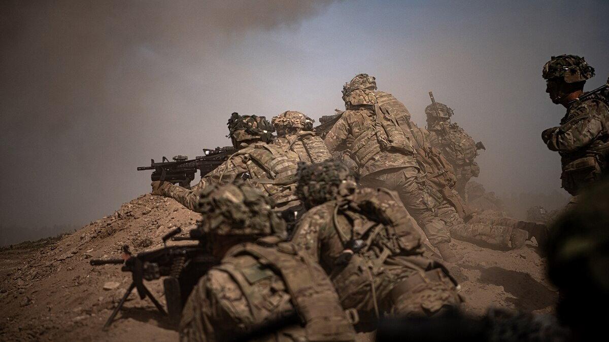 Американские солдаты военные США стреляют