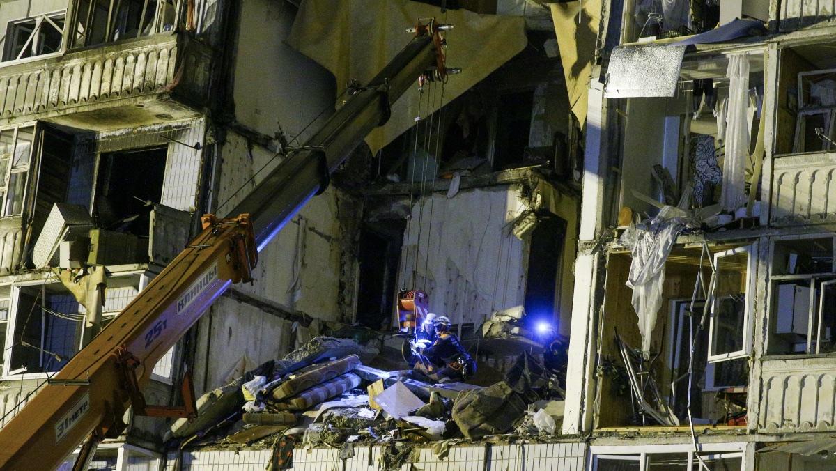 Ярославль. Сотрудники МЧС во время разбора конструкций жилого дома, частично разрушенного в результате взрыва бытового газа