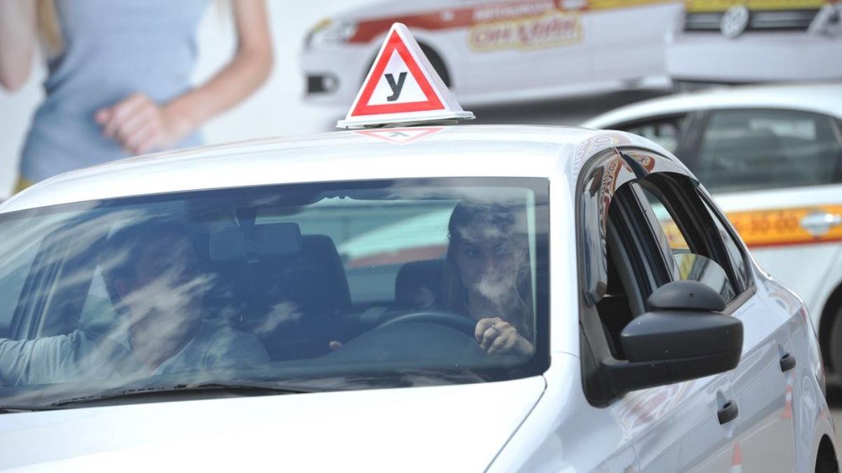 Автошкола сдача экзамена на водительские права учебная машина площадка три