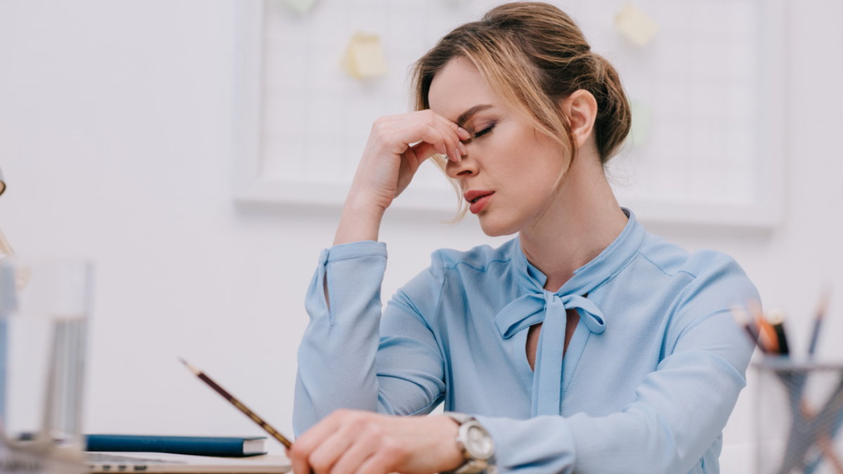 Уставшая женщина усталость головная боль один