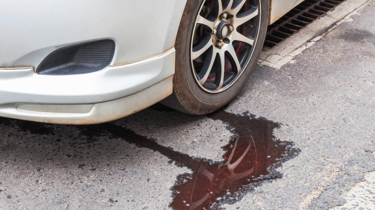 Утечка из автомобильного радиатора протекает антифриз машина