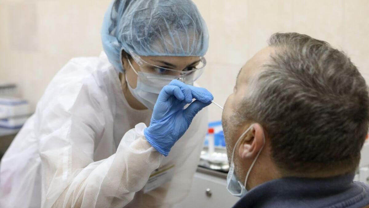 Тестирование на коронавирус мазок мужчина