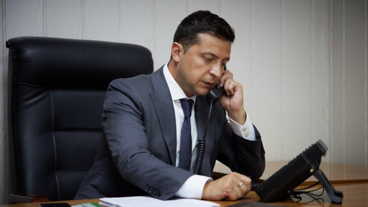 Владимир Зеленский говорит по телефону