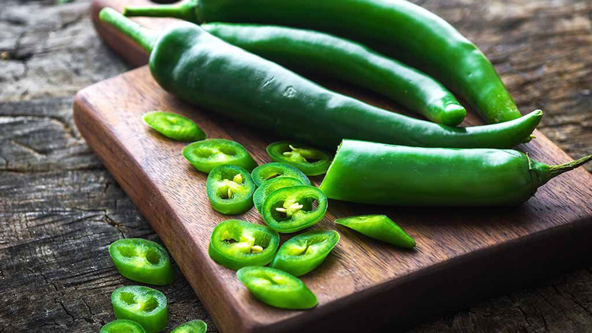 зеленый чили перец на доске