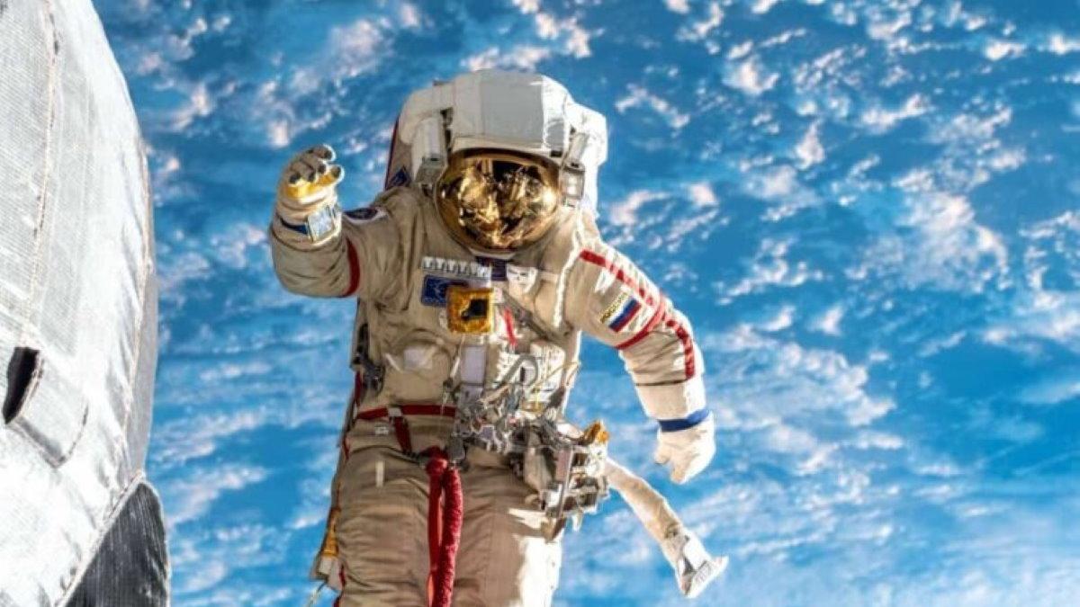 Российский космонавт в открытом космосе МКС один