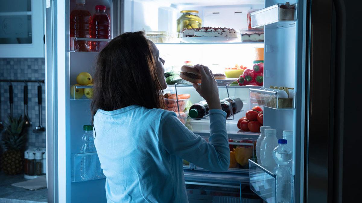 девушка у холодильника ночью