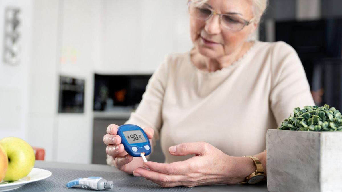 Диабет глюкометр пожилая женщина
