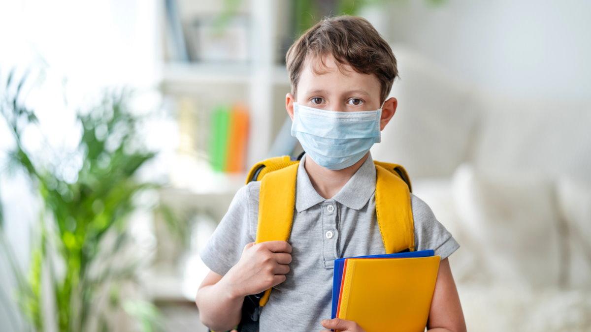 Крорнавирус ребёнок мальчик школьник в маске