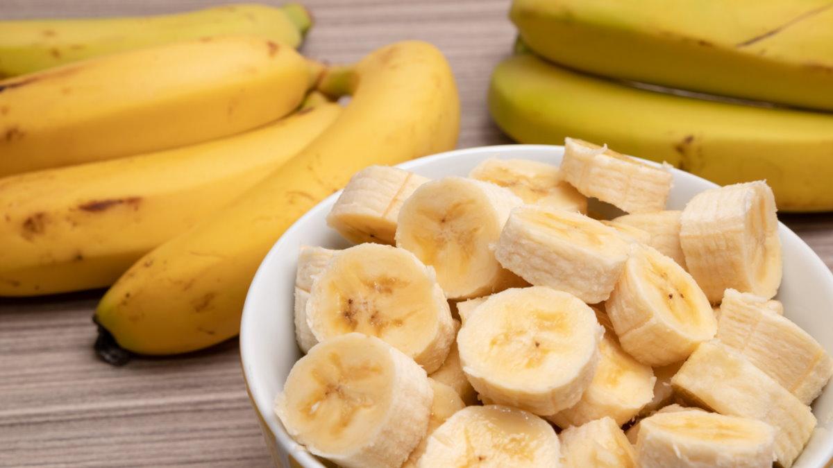 Бананы нарезанные в чашке два
