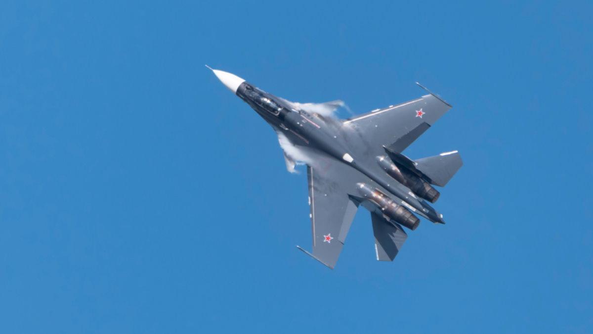 Истребитель Су-30 вираж