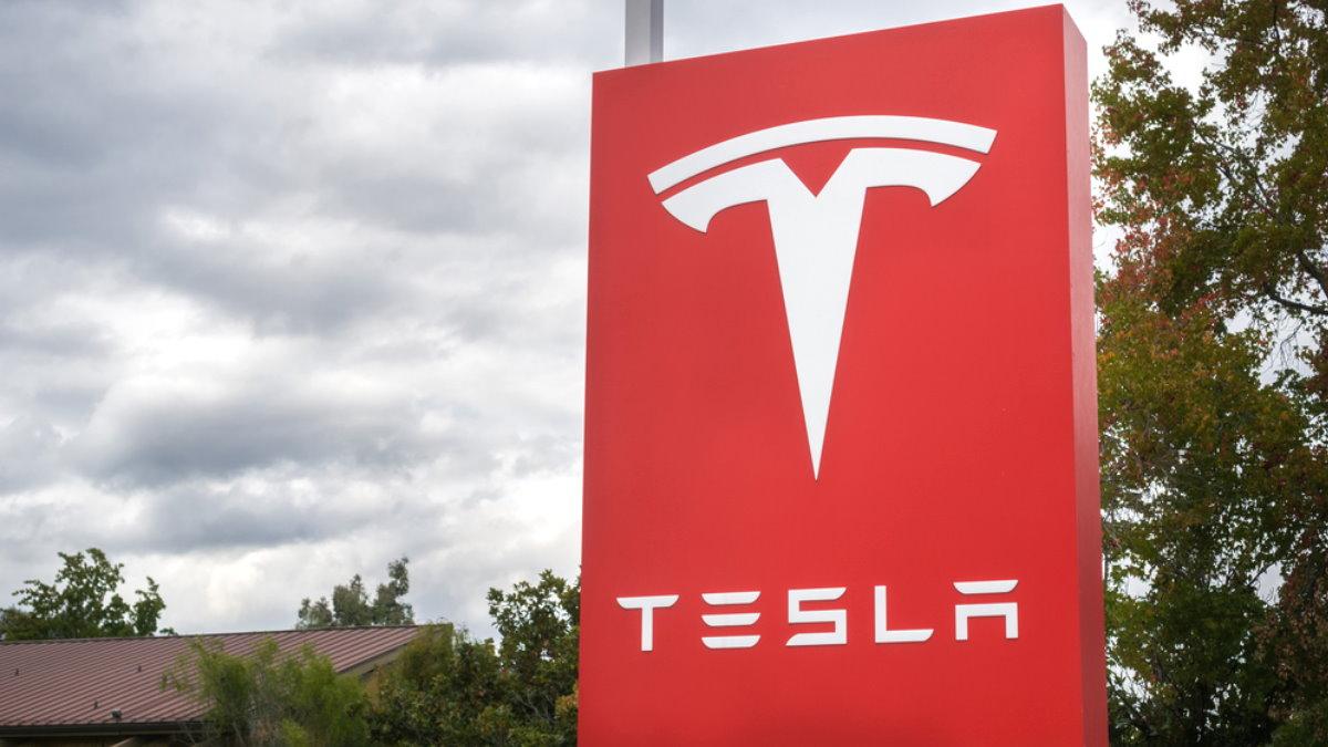 Tesla логотип красный