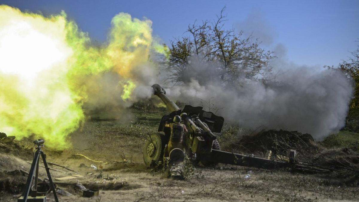 Армянский солдат конфликт Нагорный Карабах выстрел из пушки боевые действия