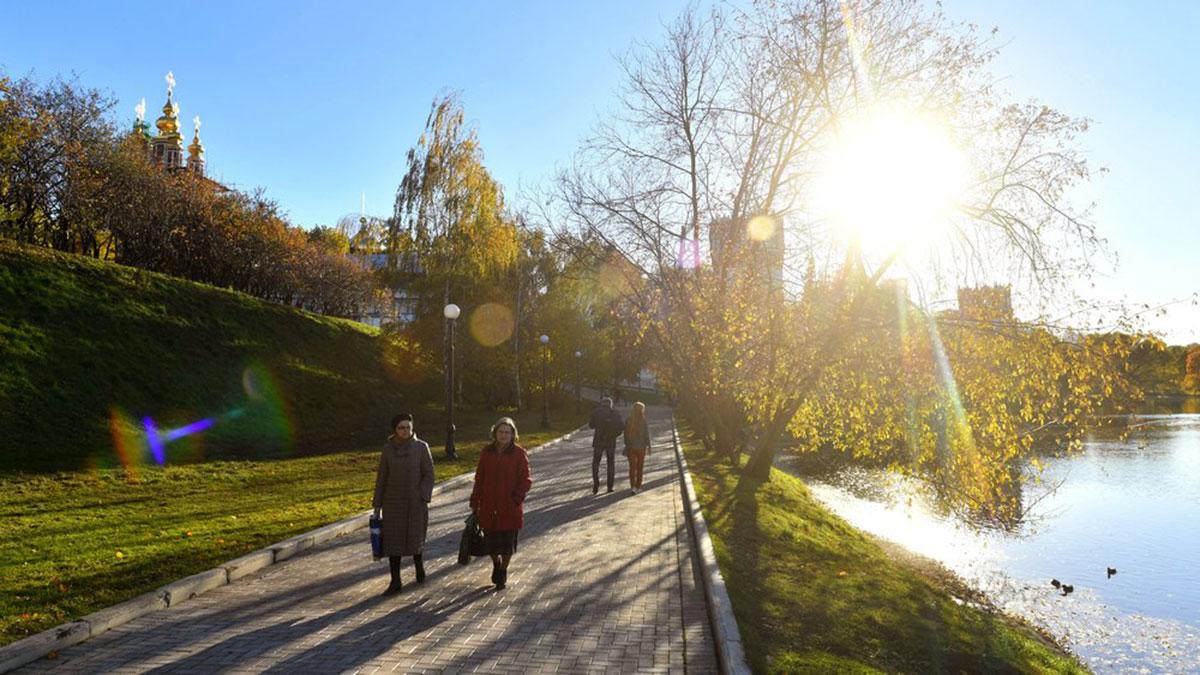 осень тепло солнце Москва прохожие парк погода