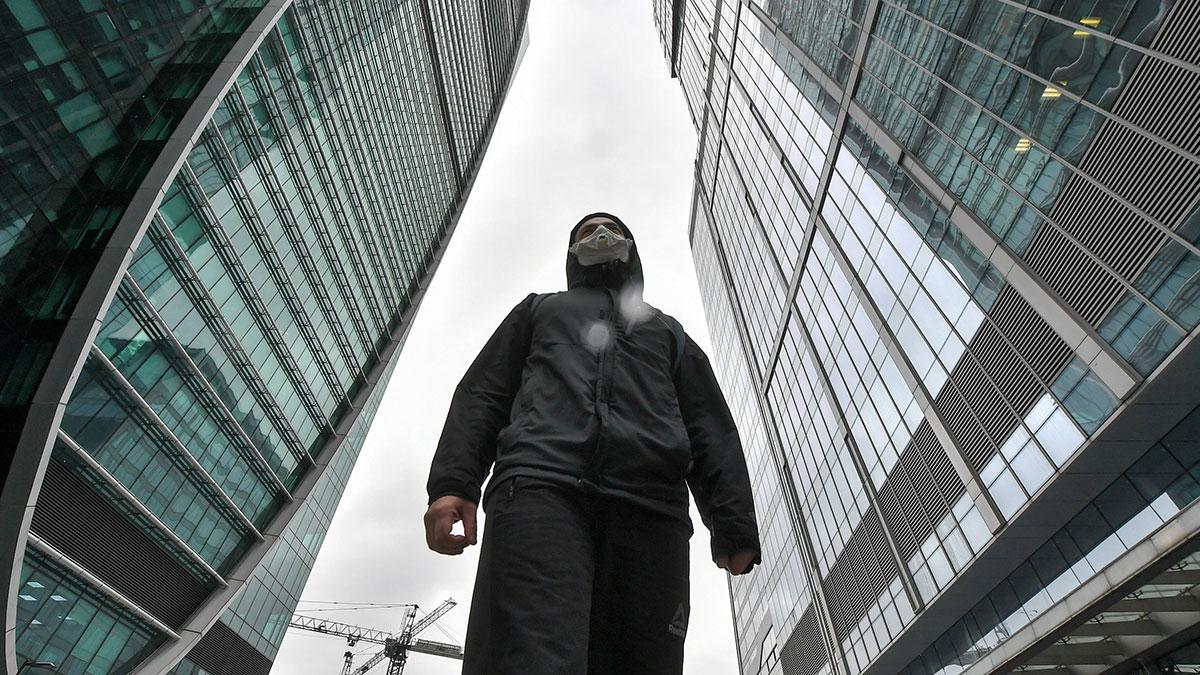 человек в защитной маске москва сити офисы коронавирус