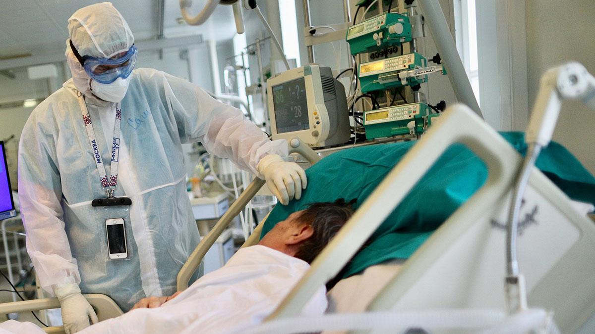 Работа врачей с больными коронавирусом в больнице