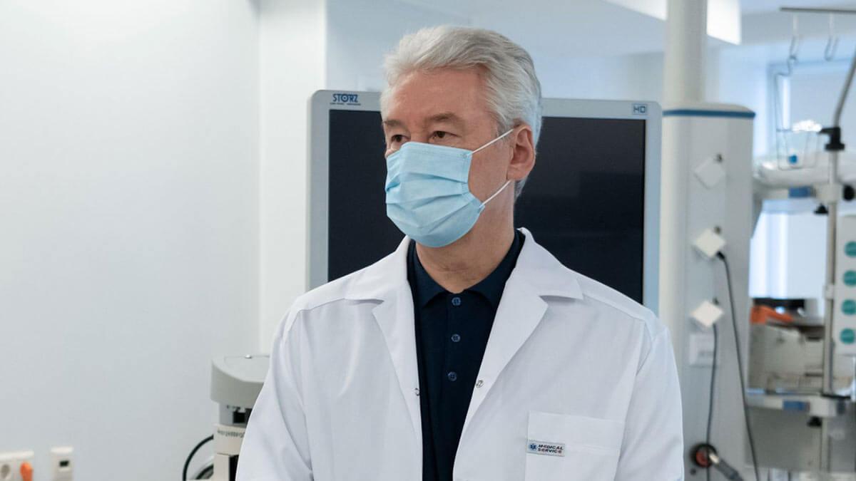 Сергей Собянин в маске и медицинском халате гиб коронавирус