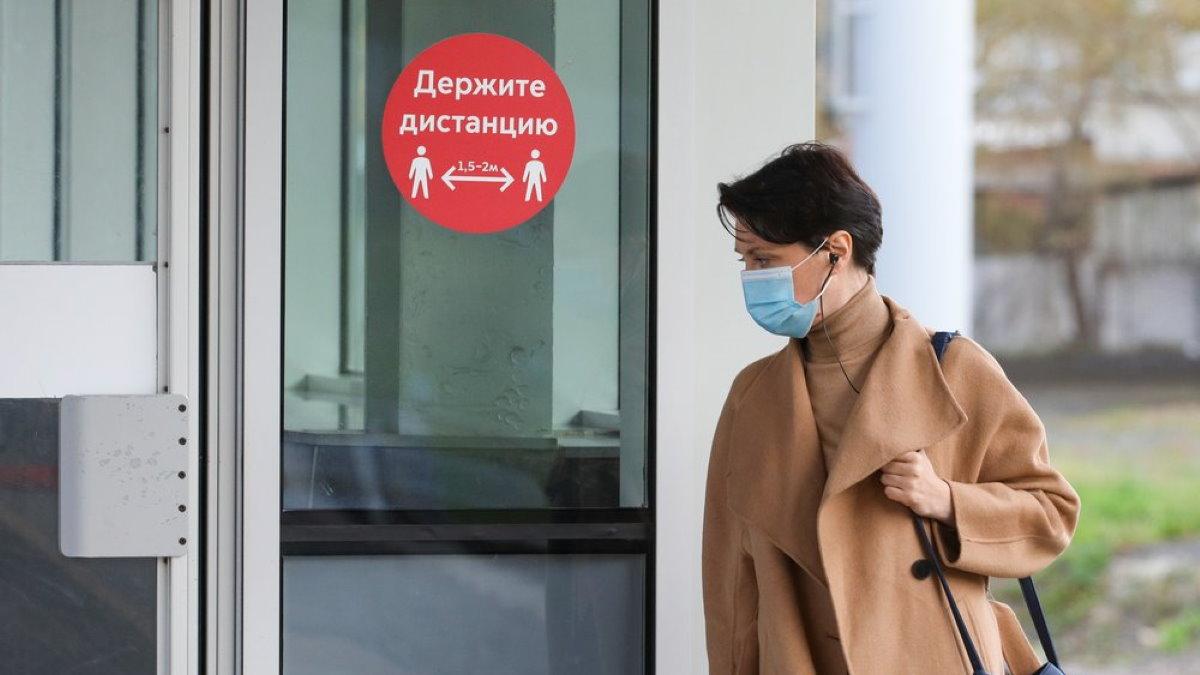 Коронавирус дистанция женщина маска