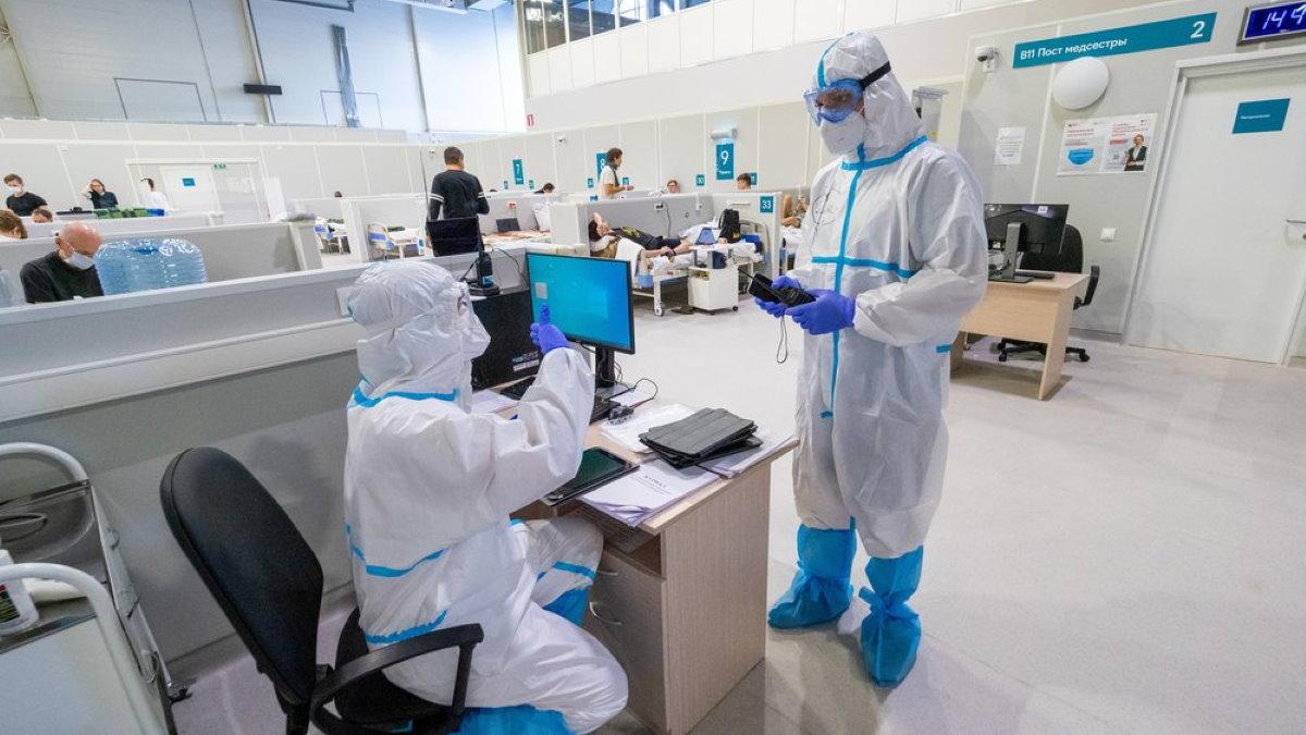 Коронавирус врачи Отделение госпиталя для больных COVID-19 в легкой форме в выставочном центре Сокольники
