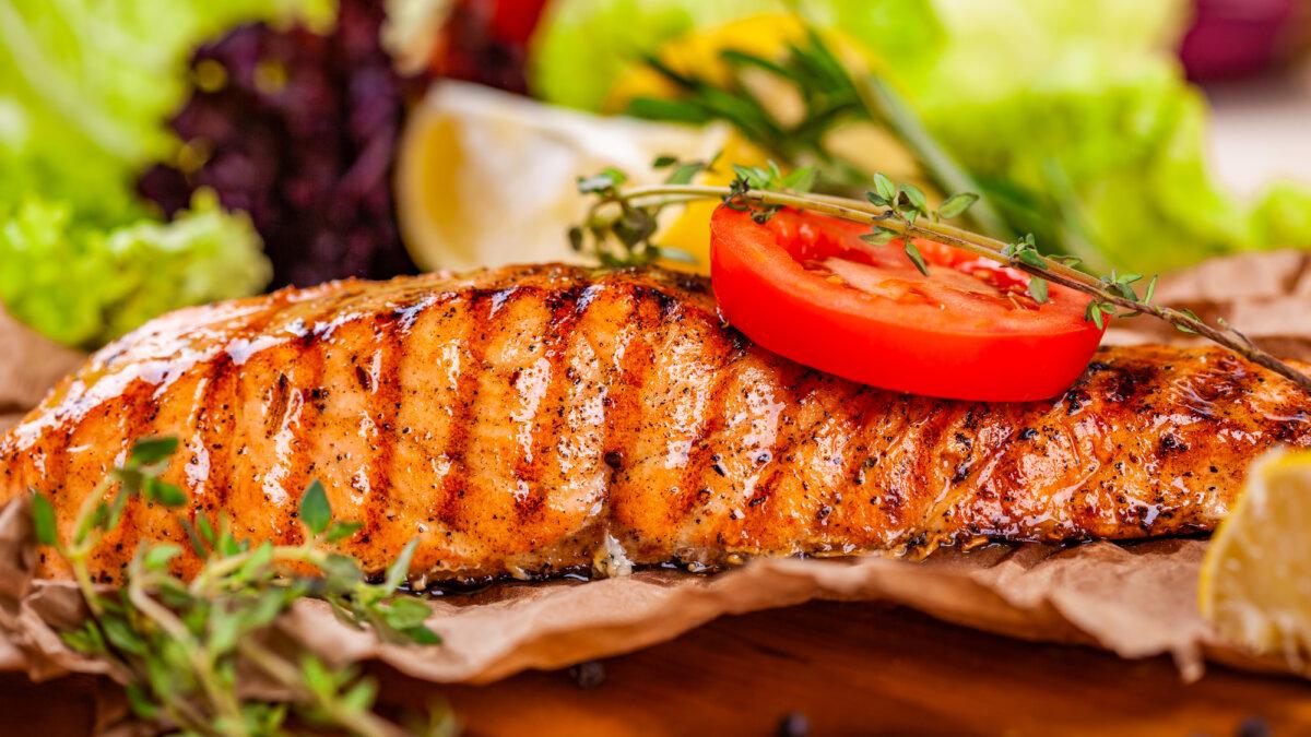 Стейк из лосося и овощи на гриле