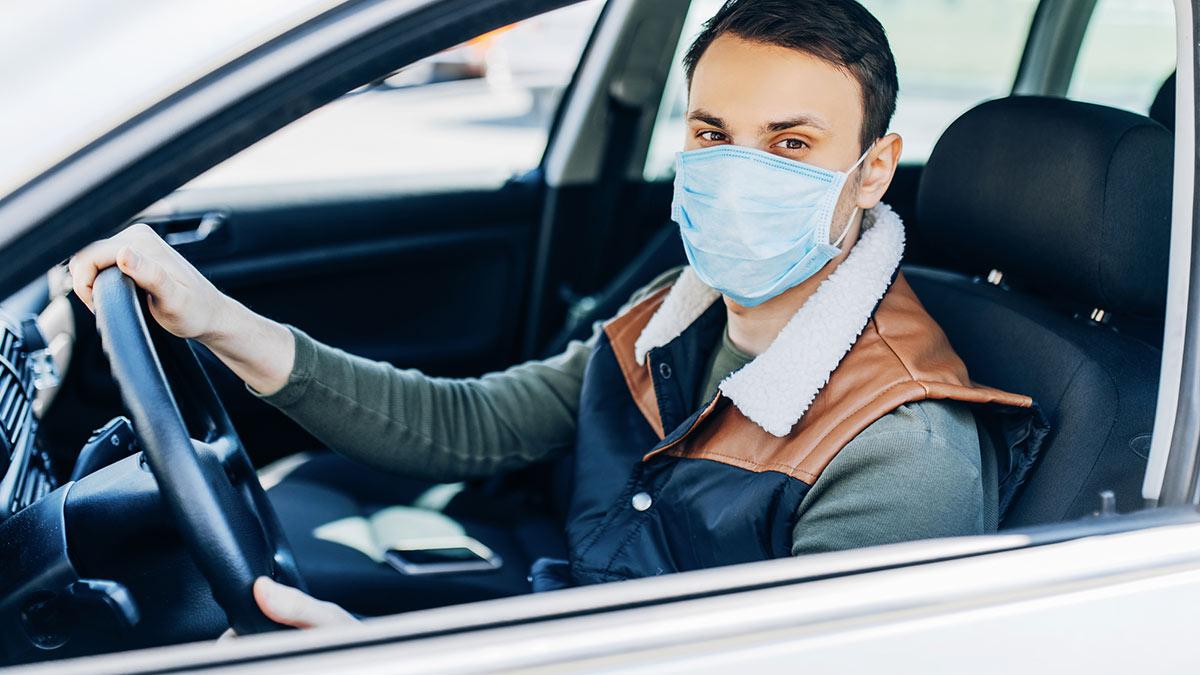 водитель в защитной маске коронавирус автомобиль авто covid-19