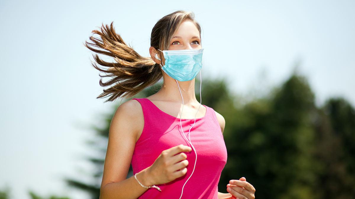 девушка спорт бег в защитной маске