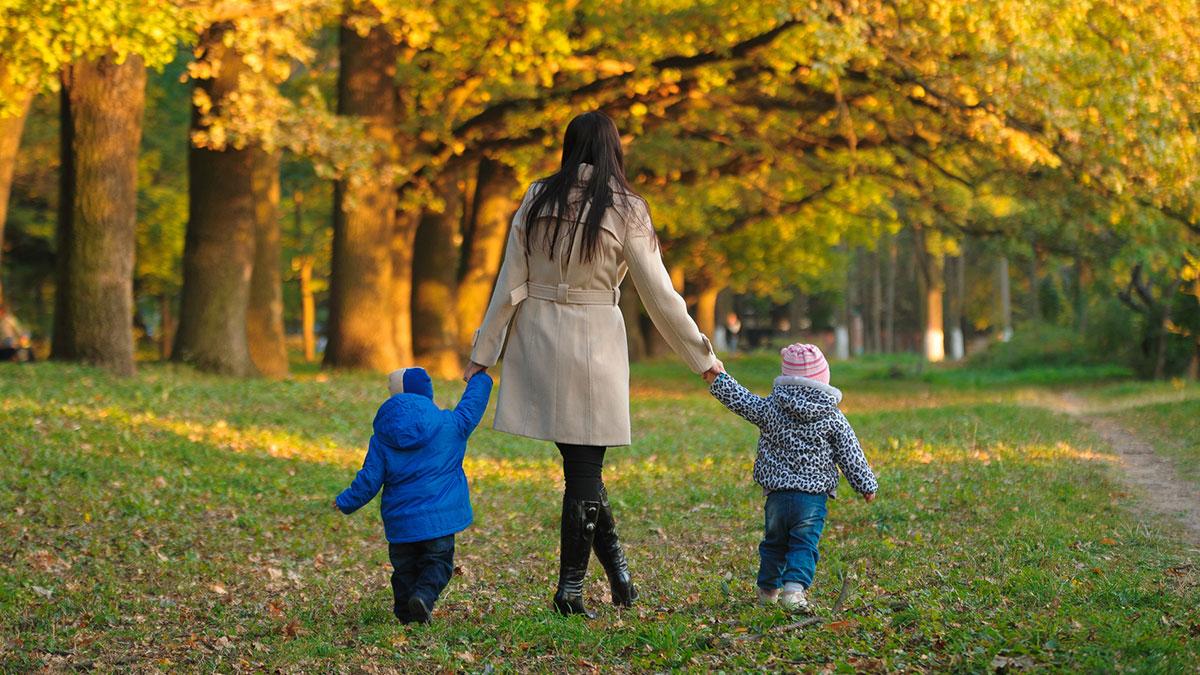 мать с детьми на прогулке в парке
