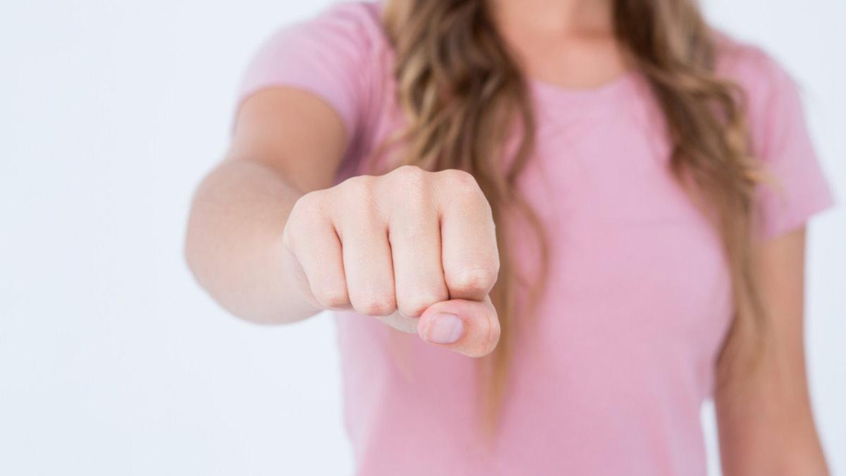 Кулак женщина
