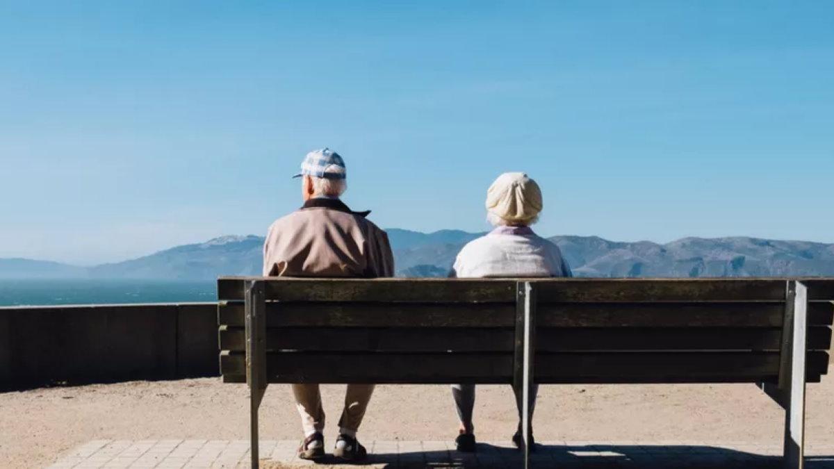 Пожилые люди туризм горы