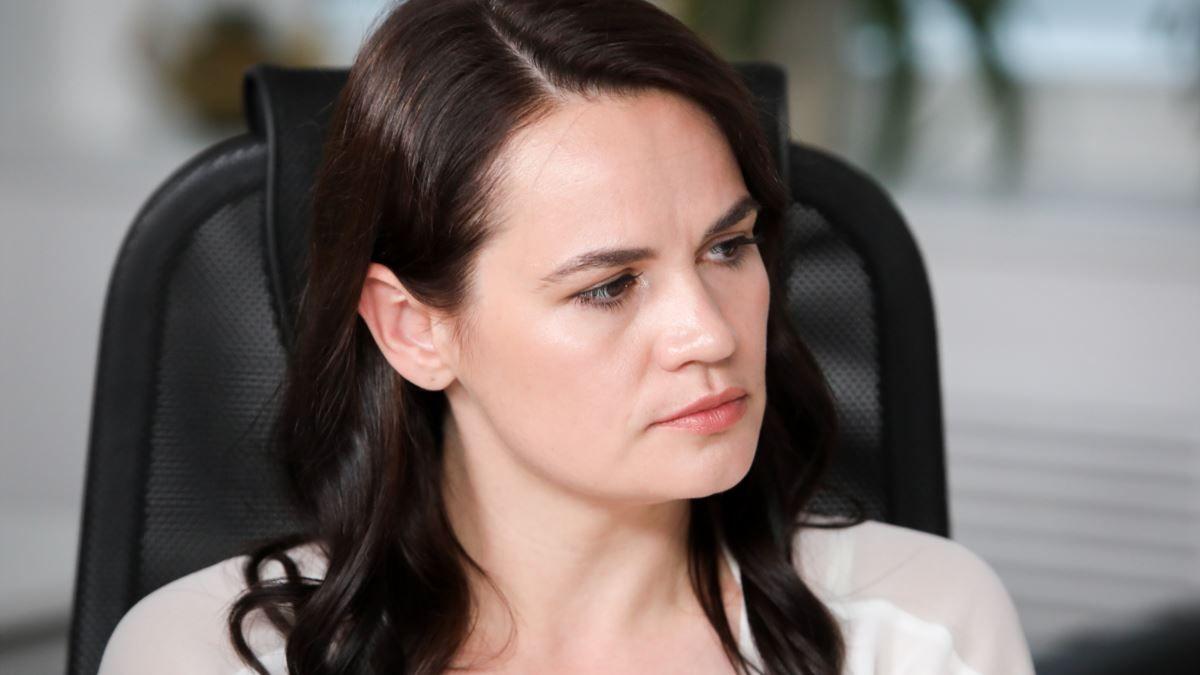 Светлана Тихановская смотрит в бок
