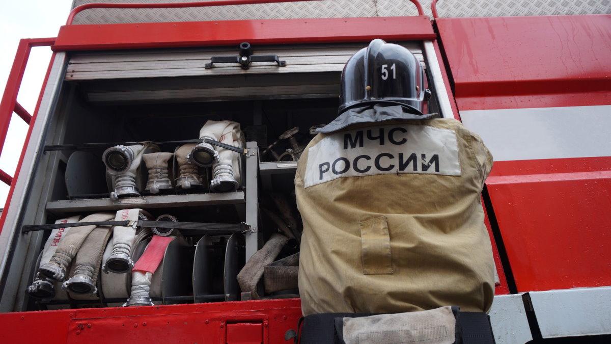 Сотрудник МЧС пожарный после тушения пожара один
