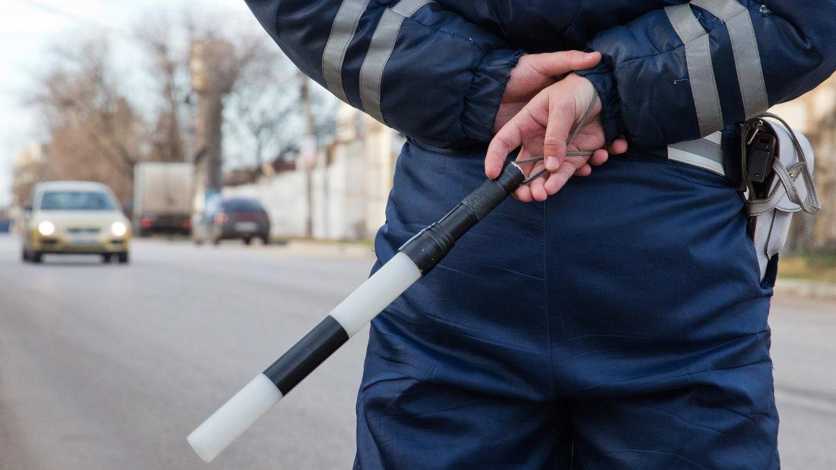 Сотрудник ДПС ГИБДД штрафы жезл два
