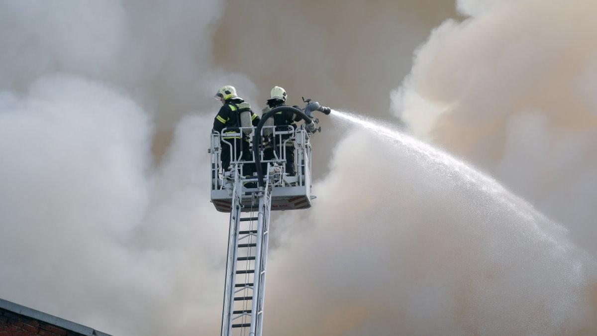Россия пожарные МЧС тушение пожара крыша горит