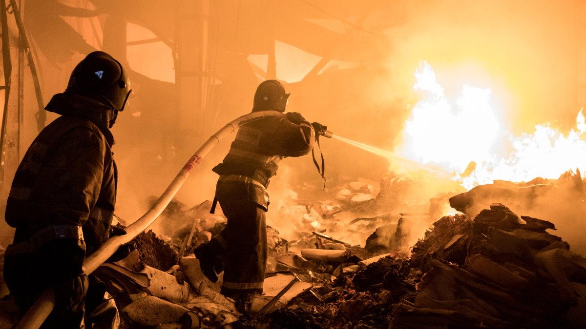 Россия пожарные МЧС тушение пожара склад
