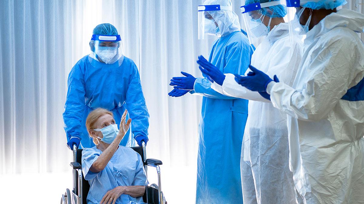 covid-19 коронавирус пациентка в инвалидном кресле врачи выздоровление