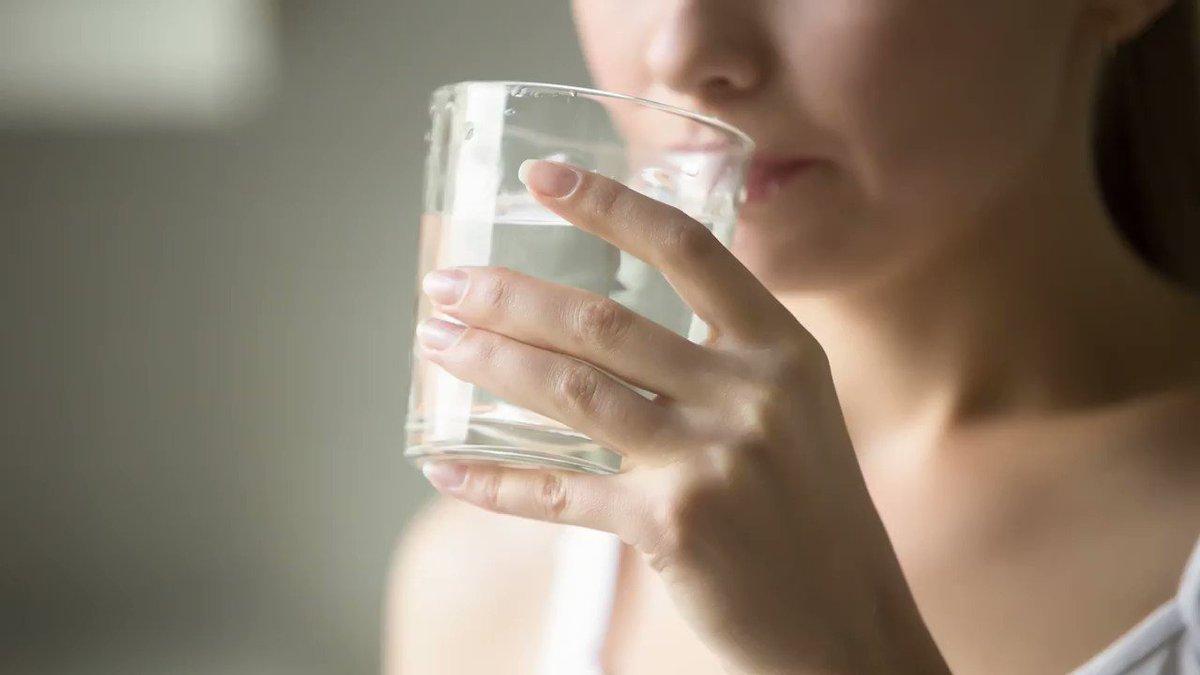 девушка пьет вода сухость рот диабет