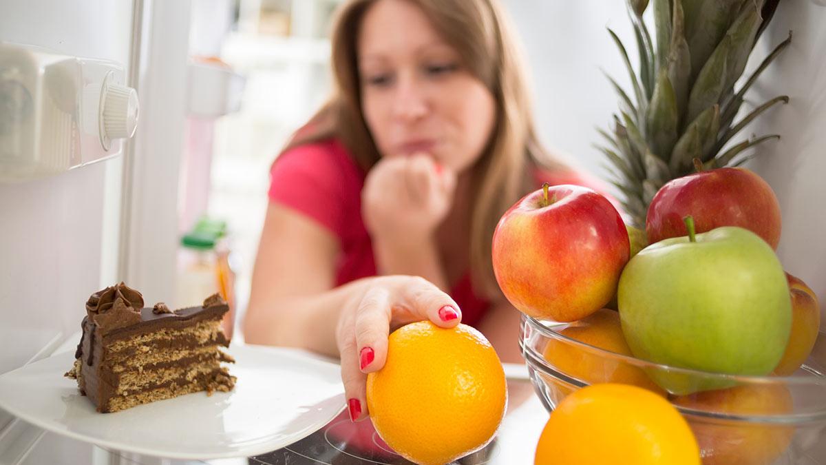 еда диета девушка заглядывает в холодильник