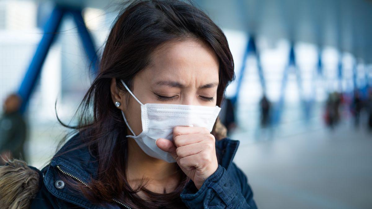 девушка в медицинской маске пик заболевания коронавирусом