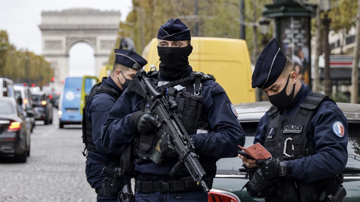 полицейский патруль в Париже