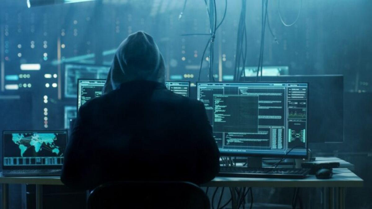 Хакер взлом кибератака киберпреступление мошенник один