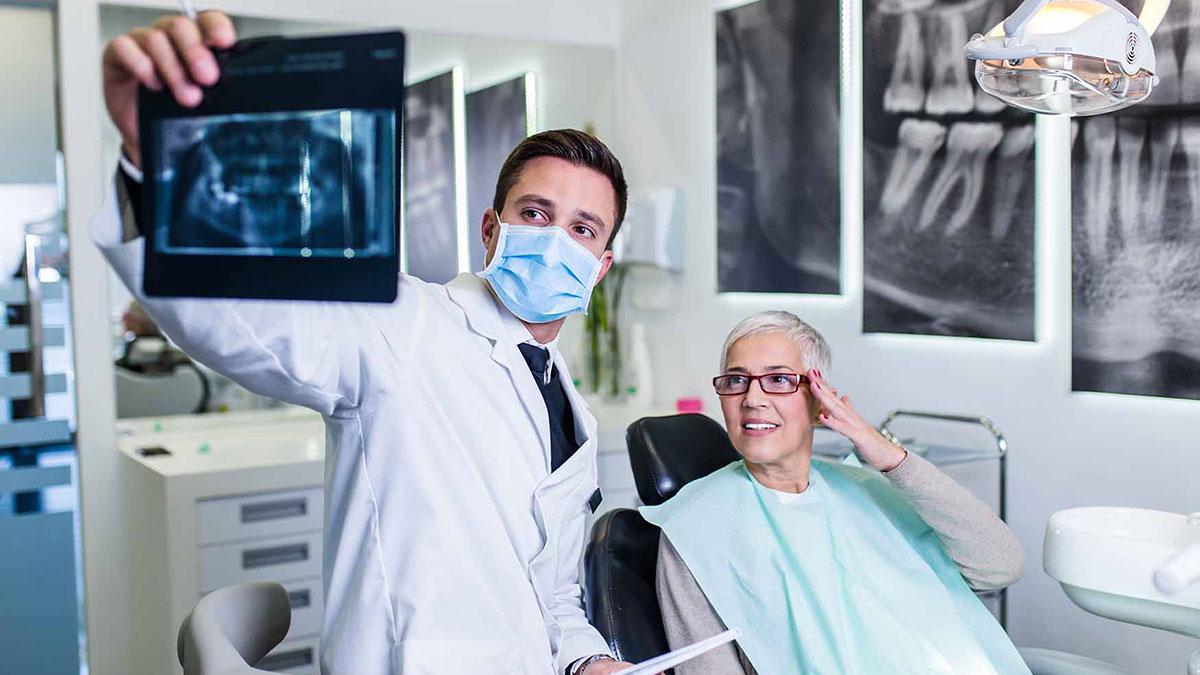 стоматолог дантист женщина на приеме