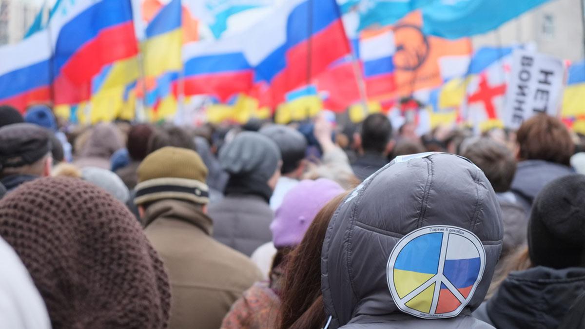Украина Россия митинг флаги