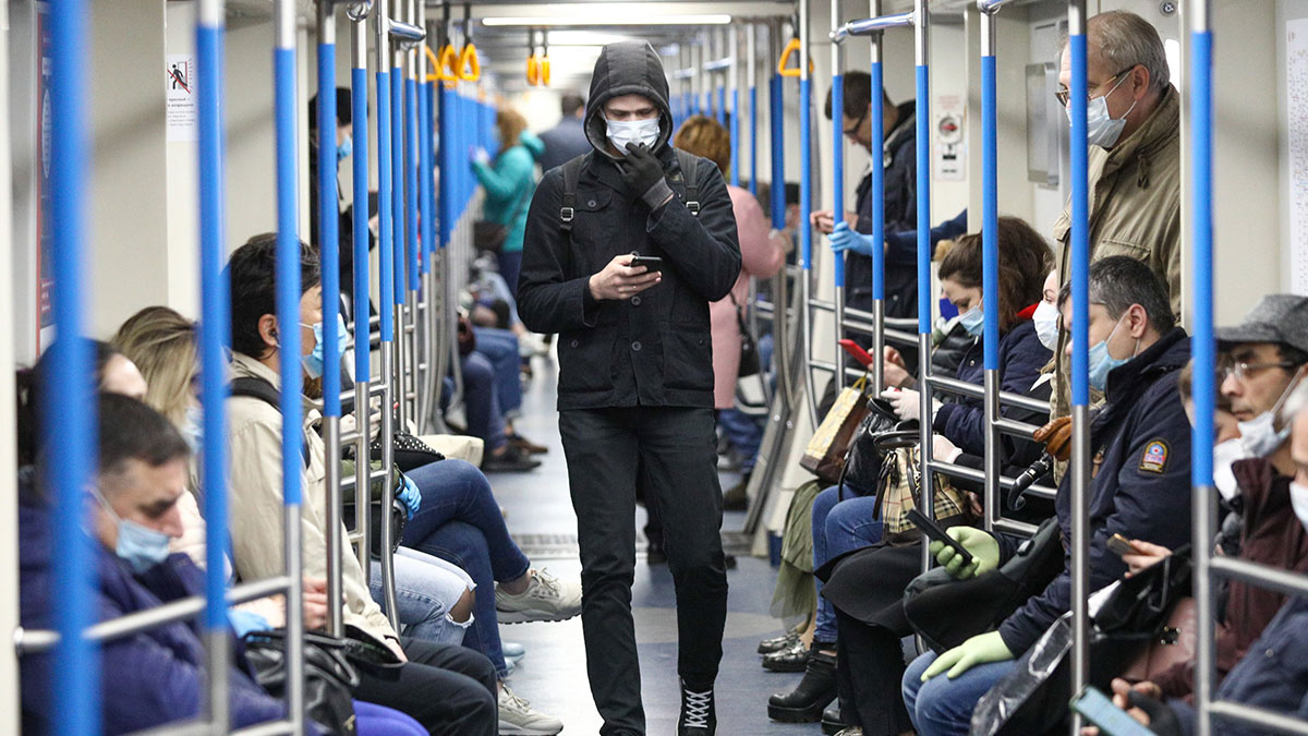 Поезд метро общественный транспорт Пассажиры Московский метрополитен Коронавирус COVID-19 маски